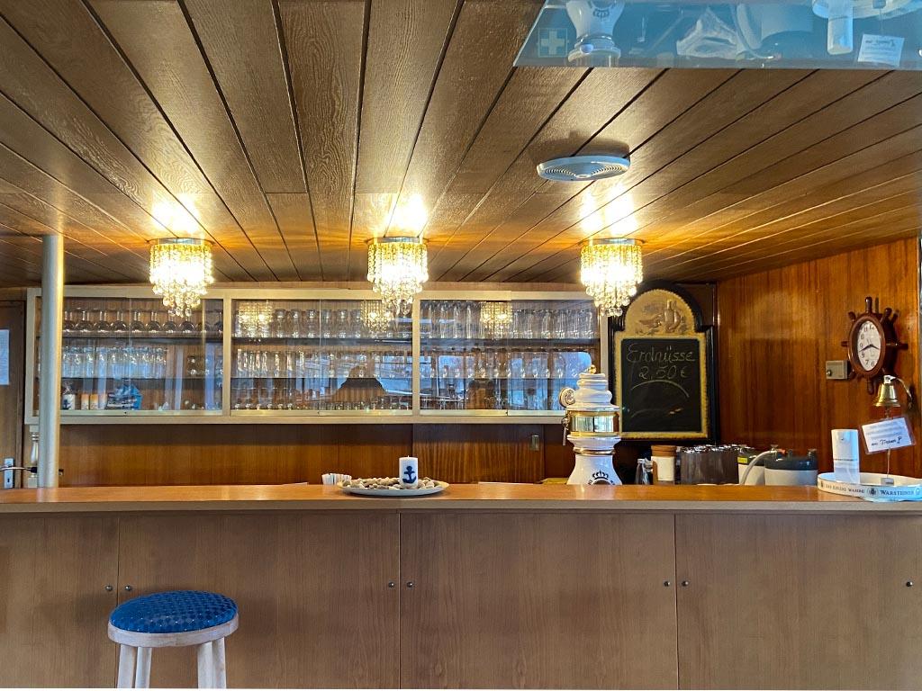 Salonschiff Aurora Geesthacht Bartresen mit heissen und kalten Getränken Unterdeck
