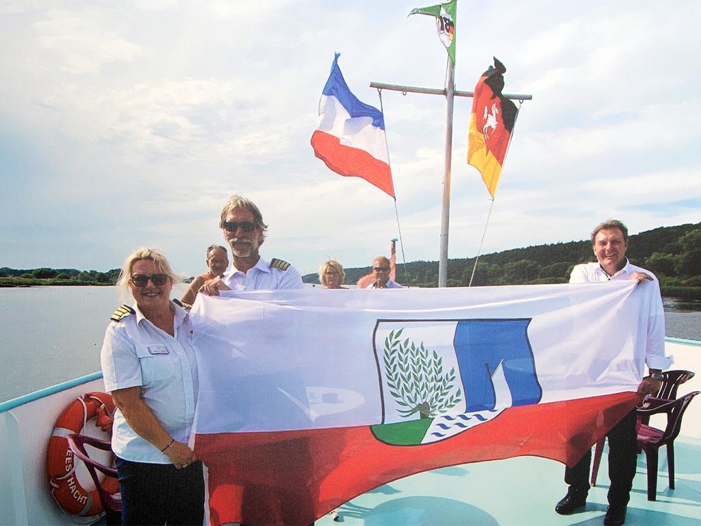 Salonschiff Aurora Geesthacht Fahne auf Elbefahrt mit Bürgermeister