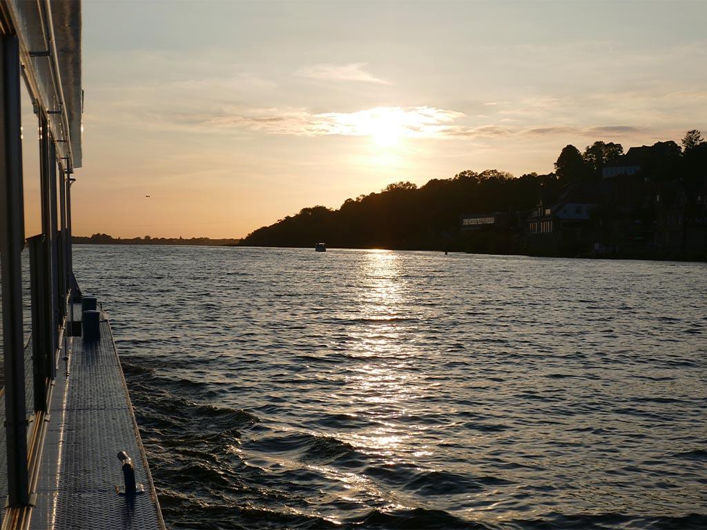 Salonschiff Aurora Geesthacht sonnige Charterfahrt auf Elbe